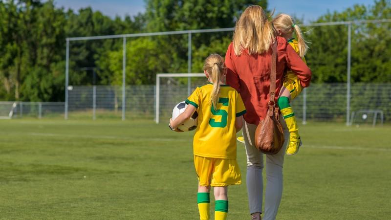 Äiti ja pelaajatytöt